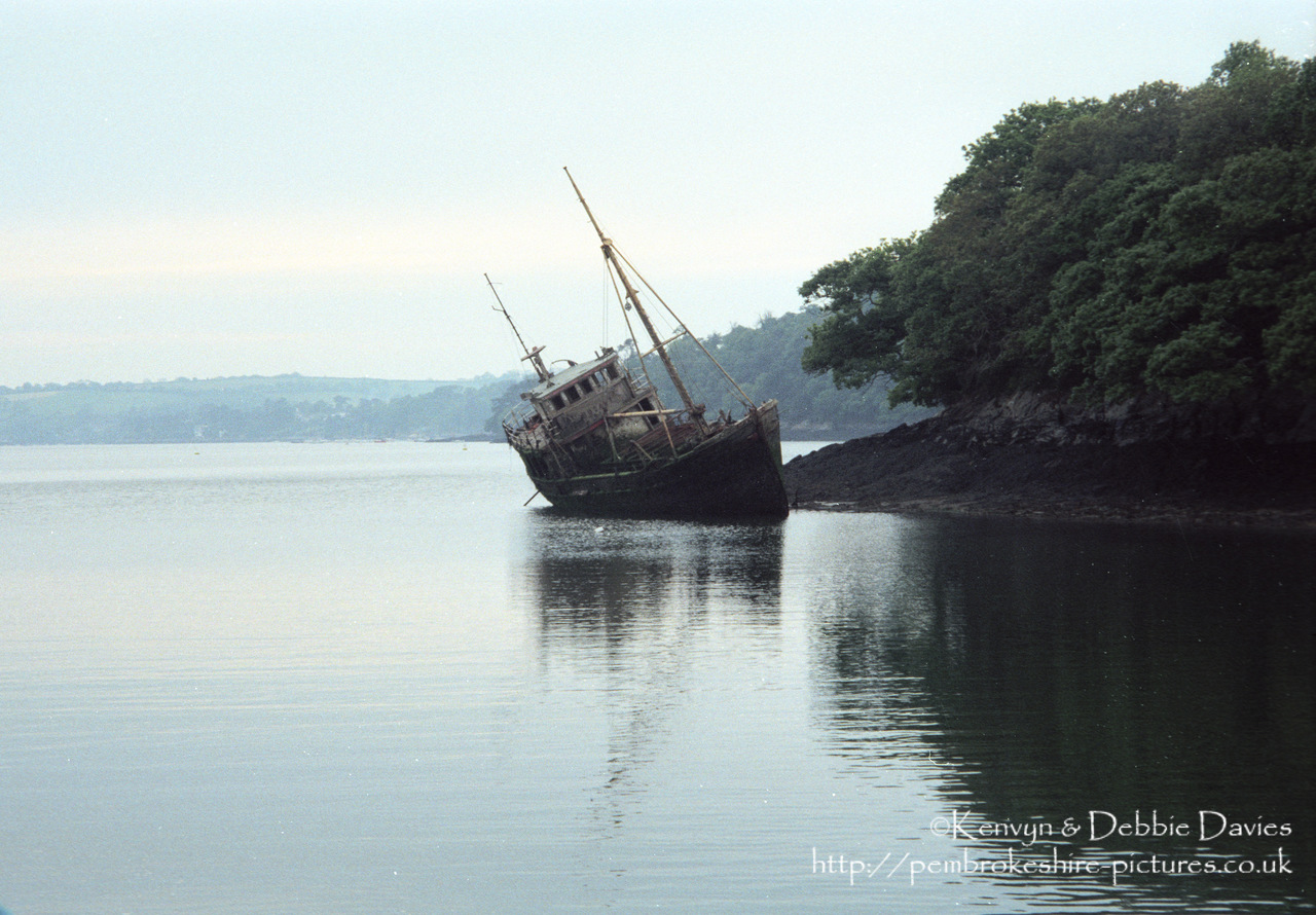 "Wreck of fishing boat ""Busant"" spotted whilst in river tour in Cornwall"